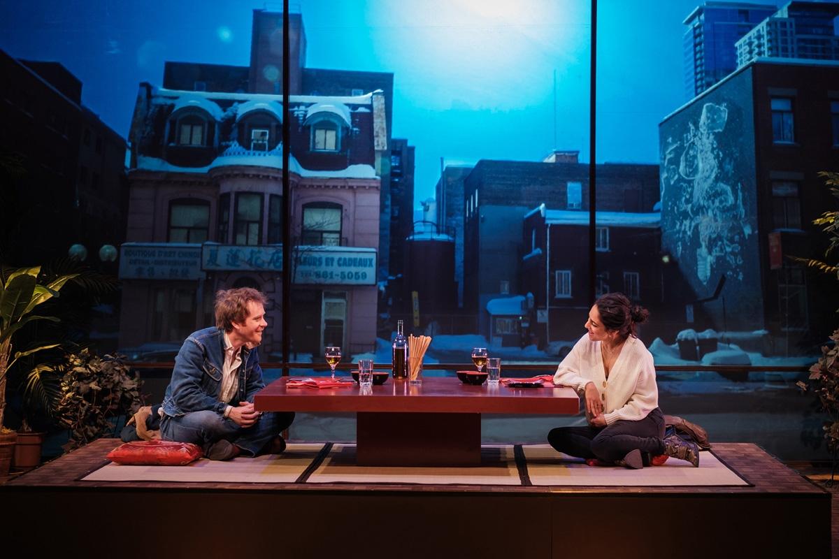 Simon Lacroix et Nathalie Doummar sur scène dans L'amour est un dumpling. Photo: Danny Taillon